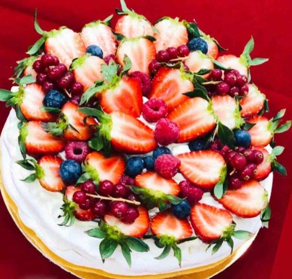 Tort Pavlova cu fructe de padure 1 DolceDor